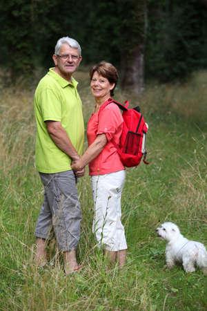 두서없는: Senior couple rambling in countryside hand in hand