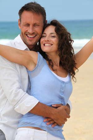 pareja de esposos: Pareja caminando en la playa  Foto de archivo