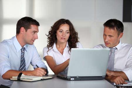 reunion de trabajo: Gente de negocios en una reuni�n de trabajo en la Oficina