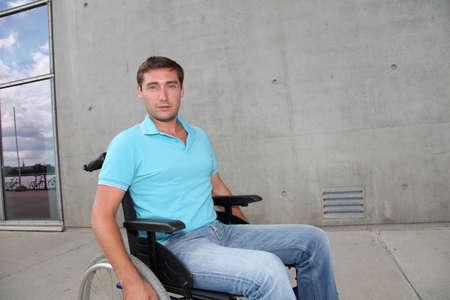 autonomia: Hombre joven con silla de ruedas en la ciudad