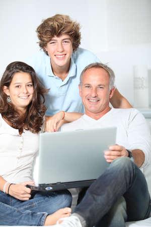 teenage problems: Familia en casa con el ordenador port�til