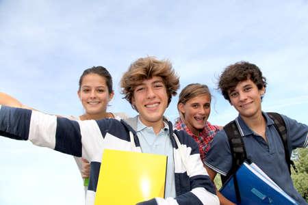 adolescentes estudiando: Grupo de adolescentes que estudian fuera de la clase