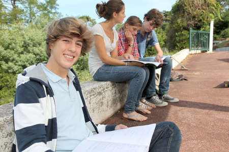 adolescentes estudiando: Adolescentes que estudian fuera de la clase  Foto de archivo