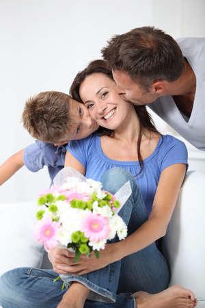 papa y mama: Padre y madre chikd beso para el cumplea�os de Foto de archivo