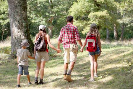 senderismo: Los padres y los ni�os en un d�a de senderismo