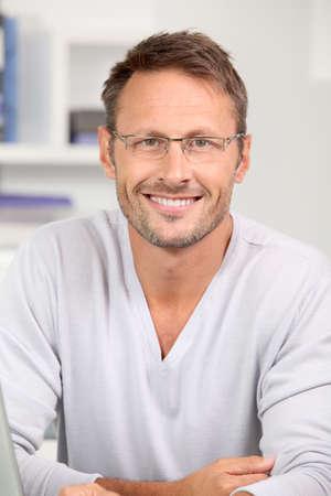 bel homme: Portrait of handsome man wearing eyeglasses