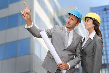 ingeniero: Ingeniero de construcci�n en frente del edificio moderno