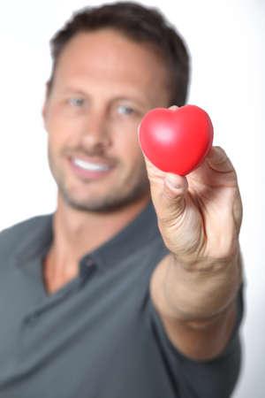 heartbreaker: Hombre que sostiene el coraz�n rojo en sus manos