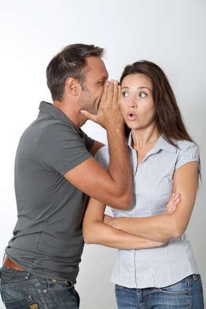 그의 여자 친구 귀에 속삭이는 남자