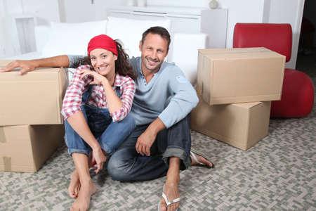 assis par terre: Couple se d�pla�ant dans la nouvelle maison