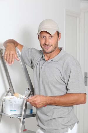 pintor: Paredes de pintura de hombre en blanco