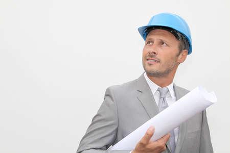 Homme d'affaires avec un casque de sécurité sur fond blanc