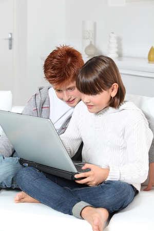 Jungen und Mädchen zu Hause mit laptop