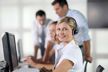 servicio al cliente: Detalle de una mujer rubia con auriculares  Foto de archivo