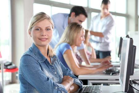 Close-up van blonde vrouw bijwonen cursus