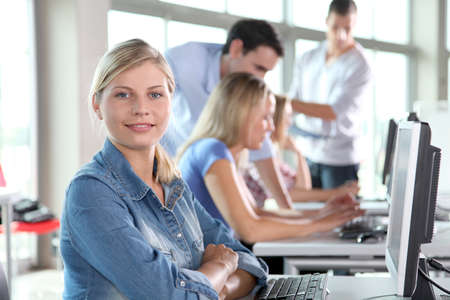 Detalle del curso de formación de asistentes de mujer rubia