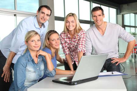 Gruppe von Menschen, die Arbeit im Büro