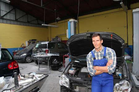 riparatore: Riparatore lavorando su veicolo nel garage