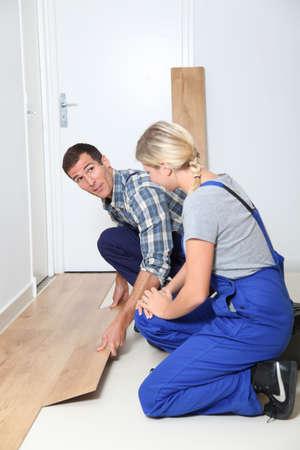 reforming: Detalle de artesano instalar pisos en habitaci�n  Foto de archivo