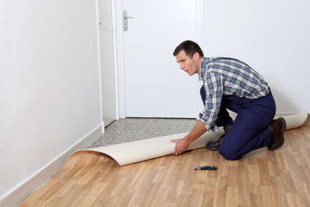 reforming: Detalle de artesano instalar planta baja en la habitaci�n  Foto de archivo