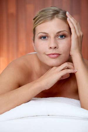 thalasso: Gros plan de belle femme sur lit de massage Banque d'images