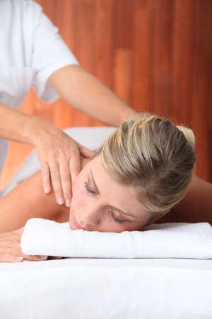 thalasso: Gros plan de belle femme portant sur un lit de massage