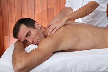 massage homme: Homme ayant un massage du visage au Centre spa  Banque d'images