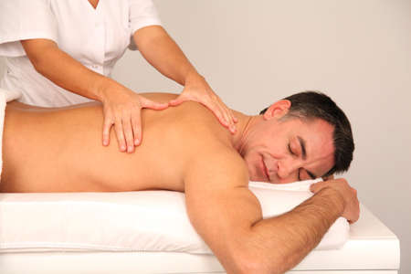 massage homme: Homme pose sur lit de massage