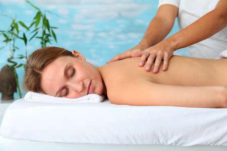thalasso: Femme portant sur le lit de massage Banque d'images