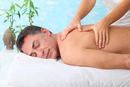 thalasso: Homme ayant un massage dans un centre de spa