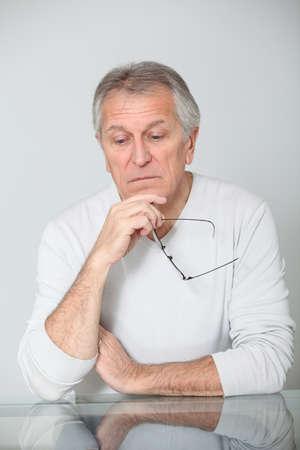 mirada triste: Hombre senior con mirada triste