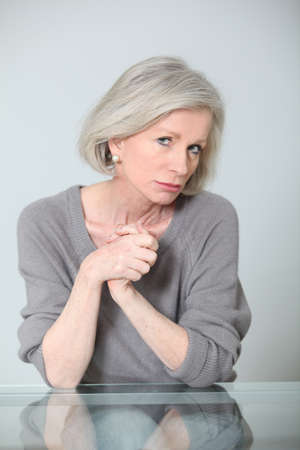 unconcerned: Mujer senior con expresi�n despreocupada Foto de archivo