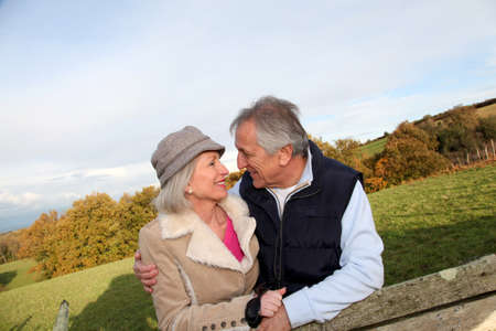 couple enlac�: Couple heureux de hauts embrassant mutuellement dans la campagne Banque d'images