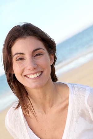 retrato de mujer: Retrato de una hermosa mujer sonriente en la playa