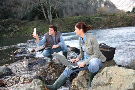 contaminacion del medio ambiente: Bi�logos pruebas de agua del r�o natural