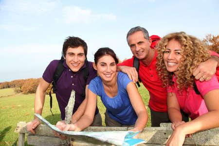 두서없는: Group of friends hiking in countryside
