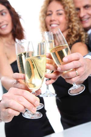 brindisi champagne: Gruppo di amici che festegger� con bicchieri di champagne Archivio Fotografico