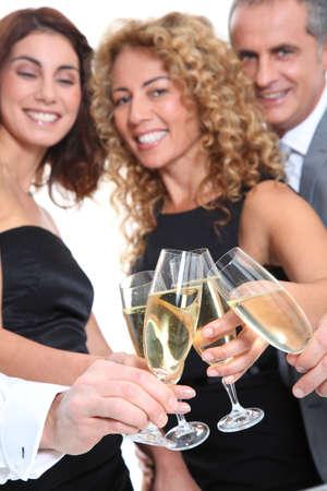 sektglas: Gruppe von Freunden, die jubeln mit Gl�sern Champagner Lizenzfreie Bilder
