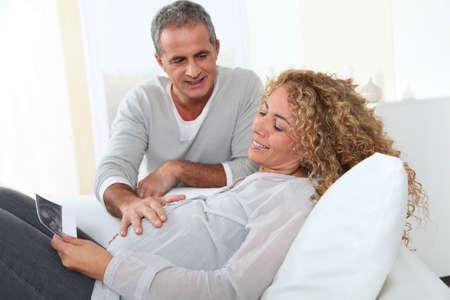 homme enceinte: Futurs parents, regardant sonagramme de leur b�b�
