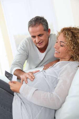 mujeres embarazadas: Futuros padres mirando sonograma de su beb�