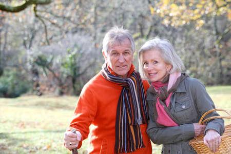 campi�a: Detalle de la pareja senior de caminata en campo