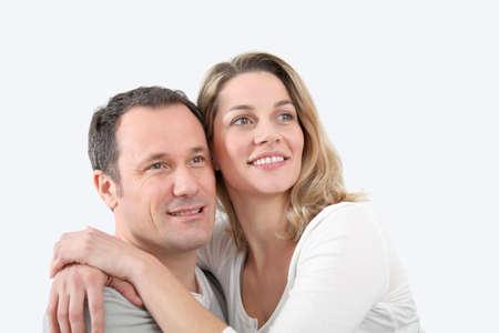 personas abrazadas: Retrato de la feliz pareja en el hogar