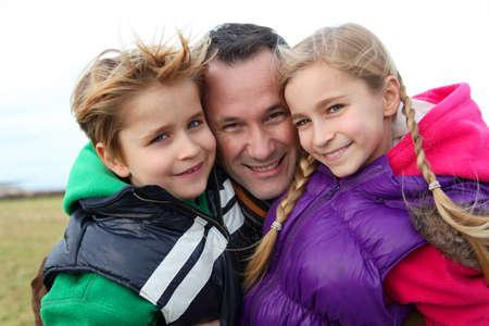pere et fille: Portrait d'un homme avec 2 enfants � la campagne