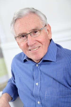 hombre viejo: Retrato de un hombre anciano con gafas