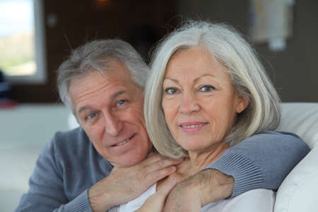 jubilados: Senior par sentado en el sof� en casa Foto de archivo