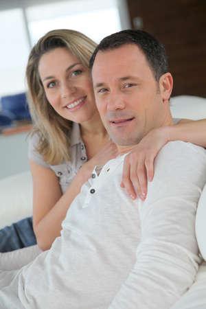 coppia in casa: Ritratto di in coppia amato