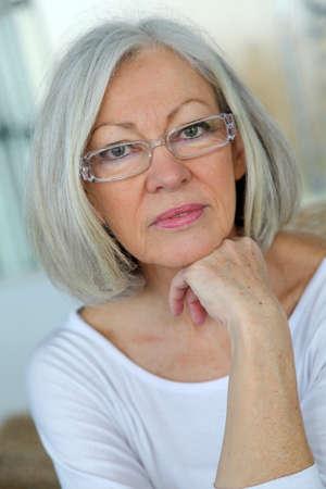 眼鏡を着ている年配の女性の肖像画