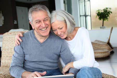 senior ordinateur: Heureux couple senior connect� sur internet � la maison