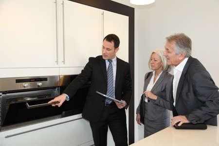 vendedores: Elegir nueva cocina par Senior Foto de archivo