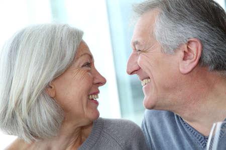 pareja de esposos: Retrato de feliz en seres queridos par senior